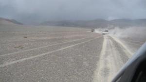 Sandiges, wüstenähnliches Ufer am Karakul